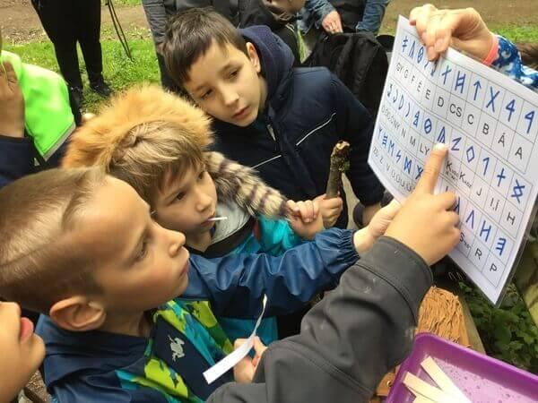 gyerekek rovásírást olvasnak