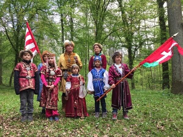 zászlókkal csoportkép