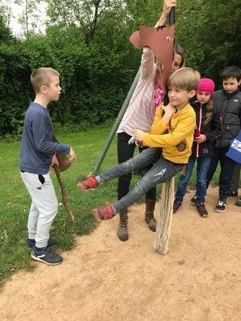 gyerekek lovagolnak a játék lovon