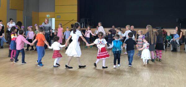 gyerekek táncolnak körben kézenfogva