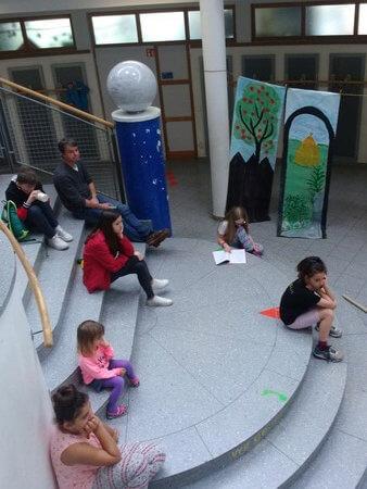 gyerekek a lépcsőn
