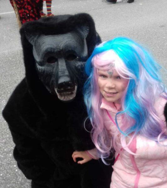 Medvével egy jelmezes kislány