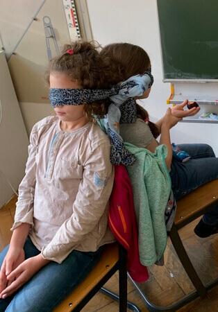 bekötött szemmel ket gyerek