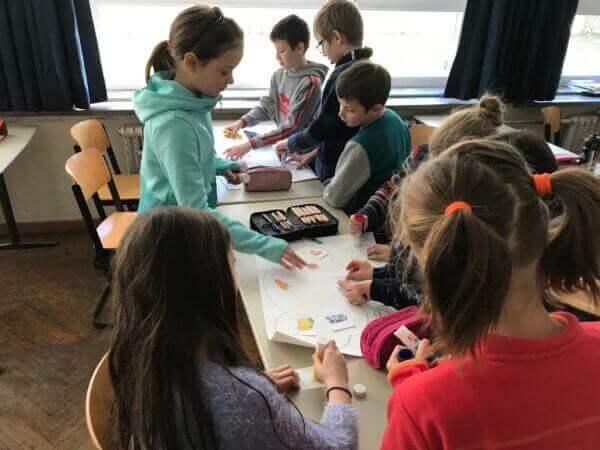 projektmunka, gyerekek az asztal körüé