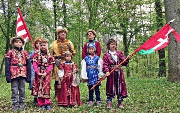 magyaros ruhákban csoportkép