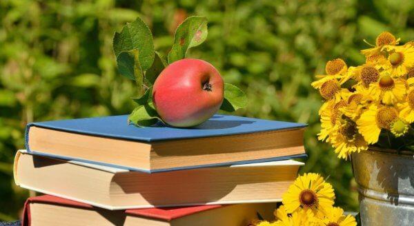 könyvek rajtuk egy almával