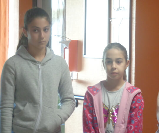 két kislány az öregotthonban
