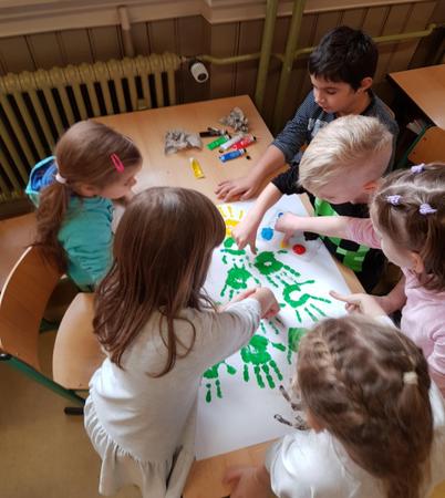 gyerekek festés közben