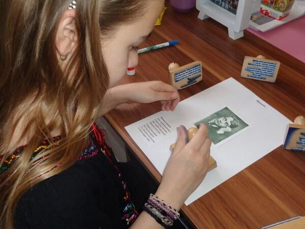 egy kislány munka közben