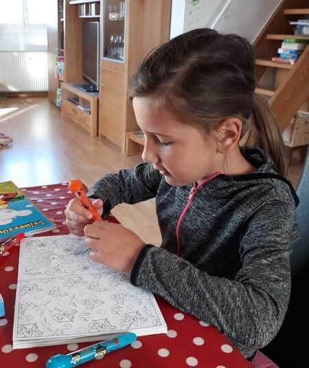 kislány rajzol