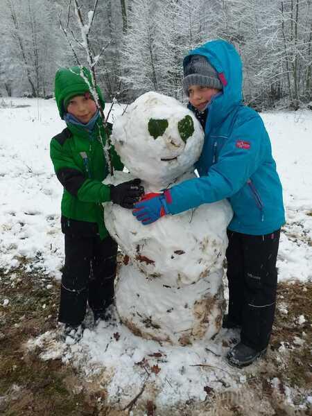 Kisgyerekek hóemberrel