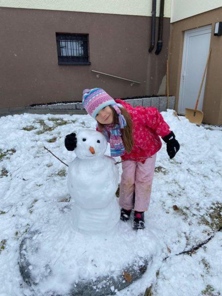 Kislány hóemberrel