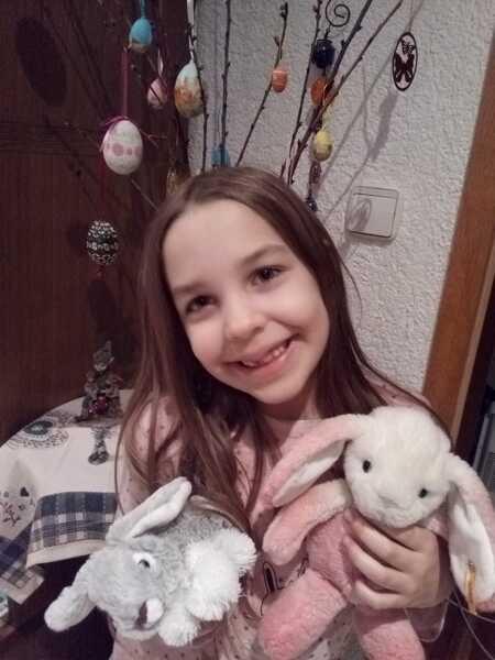 kislány húsvéti nyuszikkal